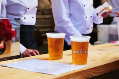 Zwei Schalen klassisches blondes Bier Stockbilder