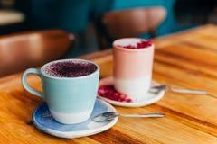 Zwei Schalen Latte auf dem Tisch lizenzfreies stockbild