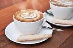 Zwei Schalen Lattekunstkaffee in einer weißen Schale Stockfoto