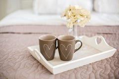 Zwei Schalen mit gemalten Herzen Stockfoto