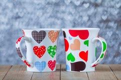 Zwei Schalen mit Herzen auf bokeh Hintergrund in Form von Herzen Lizenzfreie Stockfotografie