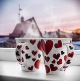 Zwei Schalen mit Herzen auf dem Fenster Lizenzfreies Stockfoto