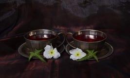 Zwei Schalen mit Tee - Symmetrie Stockfoto