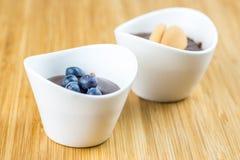 Zwei Schalen Pudding mit Blaubeeren und Keks Stockfotografie