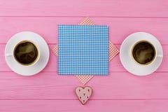 Zwei Schalen schwarzer Kaffee, rosa Hintergrund Lizenzfreies Stockfoto