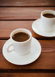 Zwei Schalen türkischer Kaffee auf dem Tisch lizenzfreie stockfotografie