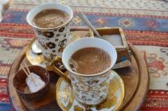 Zwei Schalen türkischer Kaffee auf einem Perserteppich Lizenzfreie Stockbilder