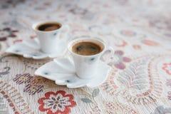 Zwei Schalen traditioneller starker türkischer Kaffee sind auf dem Tisch Stockfotografie