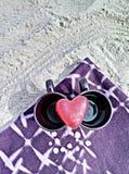 Zwei Schalen und ein Herz Stockfotos