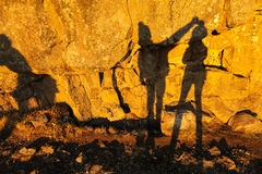 Zwei Schatten von Mädchen auf einer Steinwand in Thingvellir-Staatsangehörigem stellen gleich Lizenzfreies Stockbild