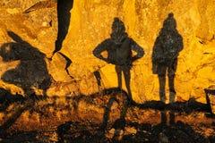 Zwei Schatten von Mädchen auf Steinwand in Nationalpark Thingvellir Stockbild