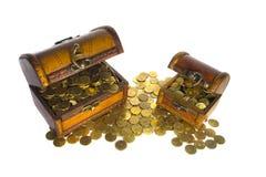 Zwei Schatzkästen mit Goldmünzen Stockbild