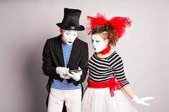 Zwei Schauspieler, die digitale Tablette über weißem Hintergrund verwenden Horizontaler Schuß Stockfoto