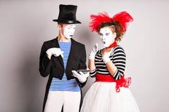 Zwei Schauspieler, die digitale Tablette über weißem Hintergrund verwenden Horizontaler Schuß Stockfotos
