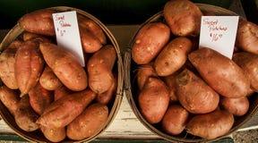 Zwei Scheffel Süßkartoffeln für Verkauf Stockfotografie