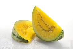 Zwei Scheiben gelbe Wassermelone Stockfotografie
