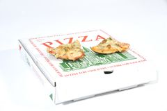 Zwei Scheiben Pizza auf  stockbilder