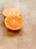 Zwei Scheiben saftige Orange Stockbild
