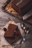 Zwei Scheiben Schokoladenkuchen Stockfoto