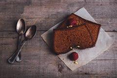 Zwei Scheiben Schokoladenkuchen Stockfotos