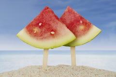 Zwei Scheiben Wassermelone auf Strand Stockbilder