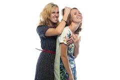 Zwei scherzende blonde Schwestern Stockfoto