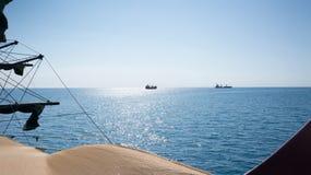 Zwei Schiffe auf Seehorizont, Ansicht Lizenzfreies Stockfoto