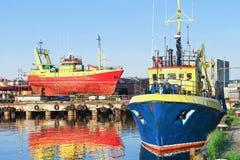 Zwei Schiffe im Jachthafen in Ventspils in Lettland stockfotos