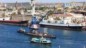 Zwei Schiffe schleppen den Kran auf dem Seegolf stock video