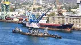 Zwei Schiffe schleppen den Kran auf dem Seegolf sewastopol stock footage