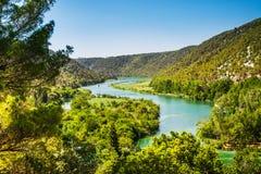 Zwei Schiffe segeln auf den Fluss Um den Wald und die Berge Krka, Nationalpark, Dalmatien, Kroatien lizenzfreies stockbild