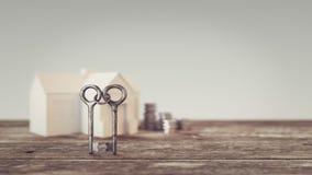 Zwei Schlüssel schlangen zusammen Hintergrund und einen Stapel des Geldes, Lizenzfreies Stockbild