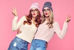Zwei Schlaglippen der jungen Frau Den Spaß haben verrückt stockfoto