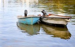 Zwei Schlauchboote oben verankert Lizenzfreies Stockbild