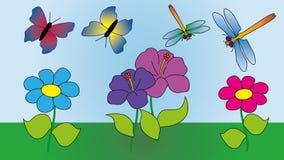 Zwei Schmetterlinge und zwei Libellen fliegen in die Wiese Lizenzfreie Stockfotografie