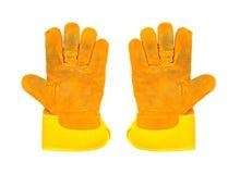 Zwei schmutzige gelbe Arbeitshandschuhe, auf weißem Hintergrund Stockfotografie