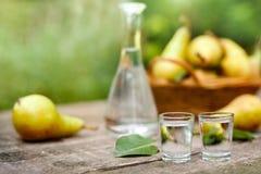 Zwei Schnapsglas mit Birnenlikörgetränk Stockbilder