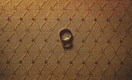 Zwei schöne elegante Eheringe Silber und Gold auf Stoff-BAC Lizenzfreie Stockfotografie