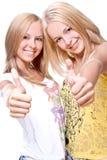 Zwei schöne Frauen, die Thumbs-up geben Stockfotos