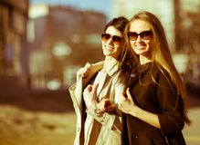 Zwei schöne glückliche Mädchen Lizenzfreies Stockbild
