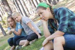 Zwei schöne junge klatschende Frauen bei draußen stehen Lizenzfreie Stockfotografie