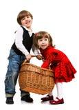 Zwei schöne Kinder mit Korb Stockfoto