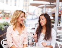Zwei schöne Mädchen im Café Stockfotos