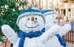 Zwei Schneemannzahlen auf einem Weihnachtsmarkt im Winter stockfoto
