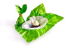 Zwei Schokoladen eingewickelt im Grün lizenzfreie stockfotografie