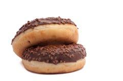 Zwei Schokoladen-Schaumgummiringe mit spritzt Getrennt auf einem weißen Hintergrund Stockfoto