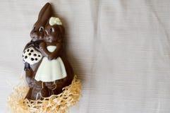 Zwei Schokoladenkaninchen Zwei geschmackvoll, umfassend, Schokoladenhasen, ein liebevolles Paar Lizenzfreie Stockfotografie
