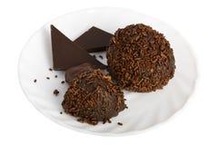 Zwei Schokoladenkugeln auf einem Saucer Lizenzfreie Stockfotos