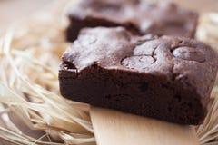 Zwei Schokoladenschokoladenkuchen gestapelt auf Holz Stockfoto