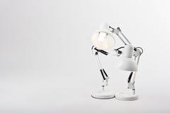 Zwei Schreibtischlampen in einer Haltung Stockfotos
